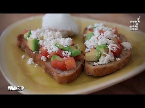 WAKE UP! Un nuevo capítulo del programa de Sara Cucala sobre qué desayunar cada día. En esta ocasión nos presenta un clásico: pan + tomate + aceite y queso, eso sí el queso lo hacemos fresco en casa