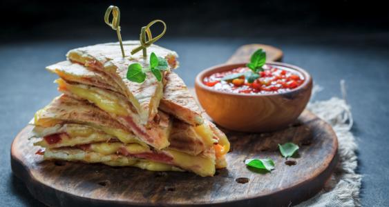 Piadina con stracchino y mortadella de Emilia Romagna - Street food italiano